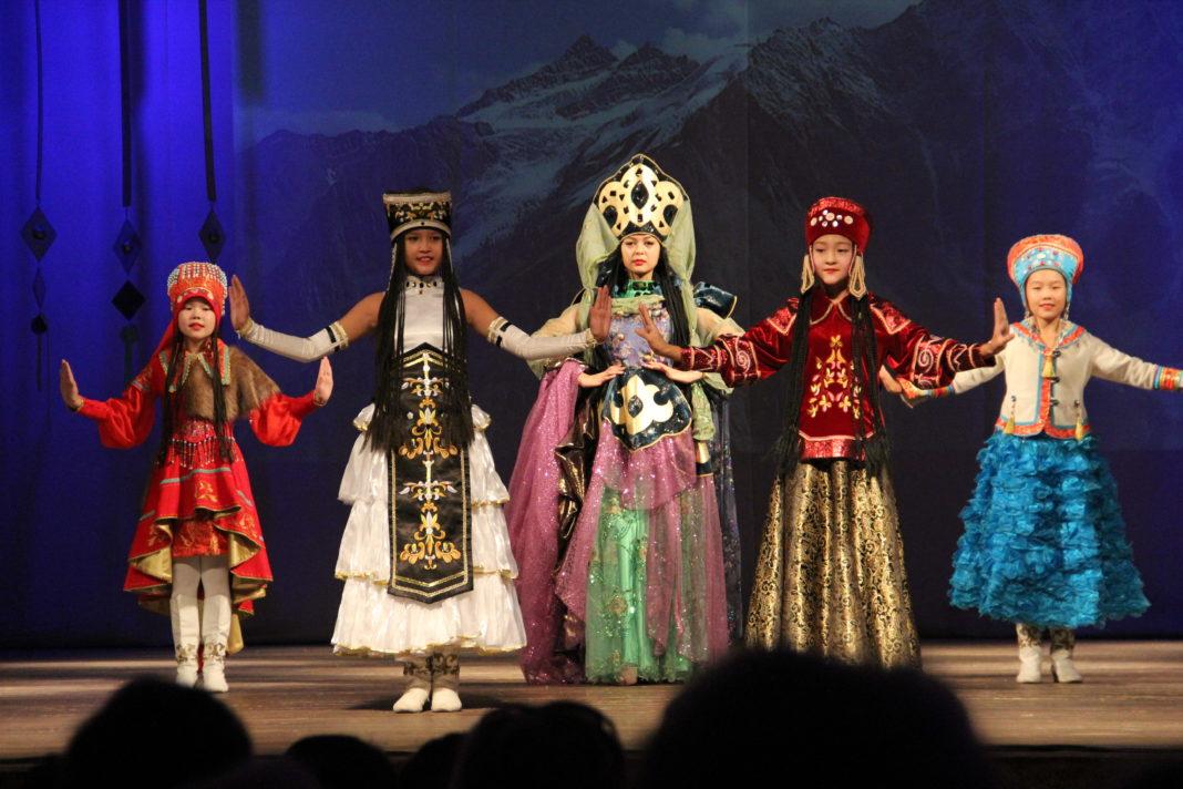 Выступление хакасского народного театра моды