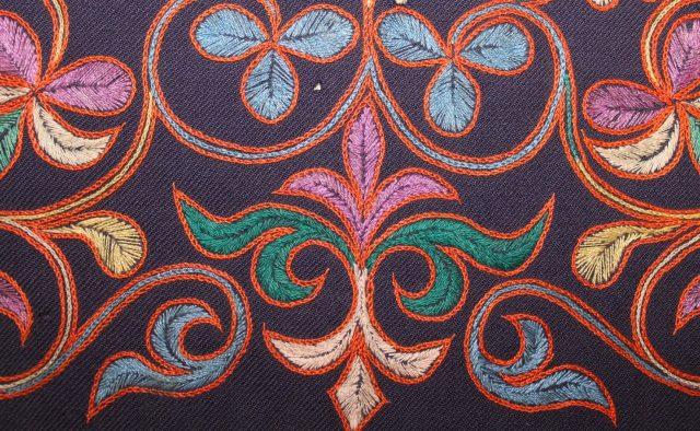 Фрагмент вышивки манжета женского платья