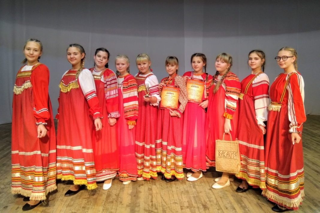 На фото Управления культуры, молодежи, спорта иОбразцовый коллектив народной песни «Росиночка» из Дома культуры «Металлург»).